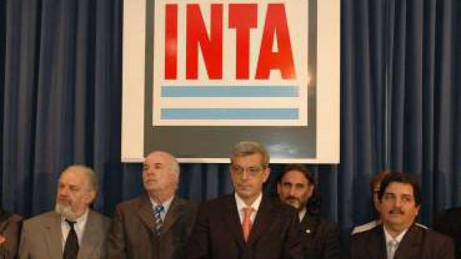 Julián Dominguez, en su primer mandato al frente del Ministerio de Agroindustria, en ocasión de la designación de los directivos de INTA, Carlos casamiquela, izquierda, Luis Basterra, derecha.