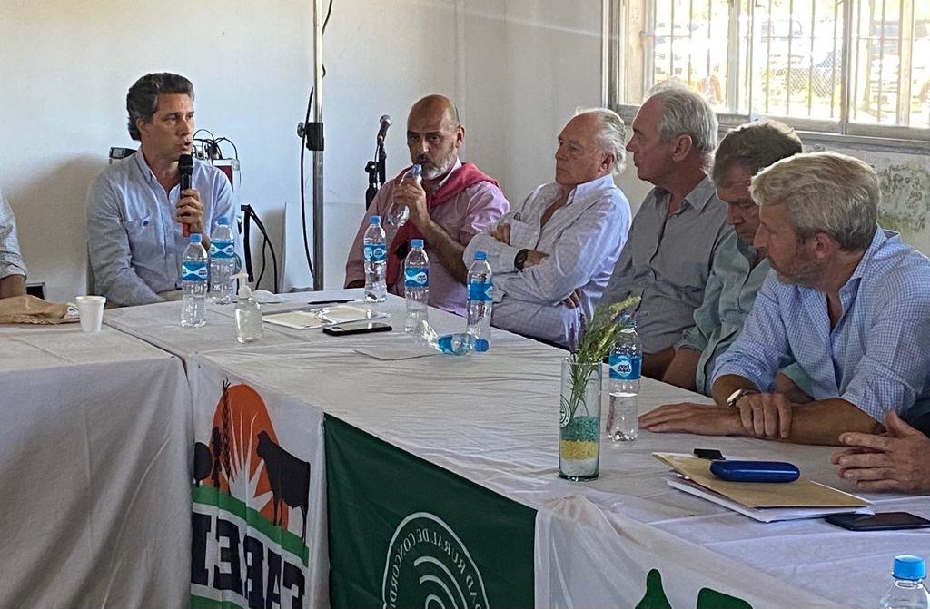 Juan Diego Etchevehere, director de la SRA Entre Ríos, presenta ante candidatos de Juntos por el Cambio la visión de la entidad en Concordia.